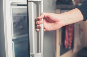 Aeg Kühlschrank Türanschlag Wechseln : Scharnier defekt so wechseln sie es aus kuehlschrank.com